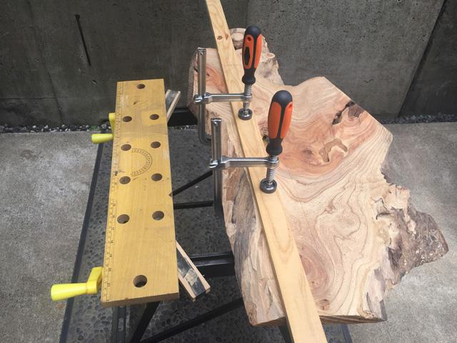 木をクランプで固定