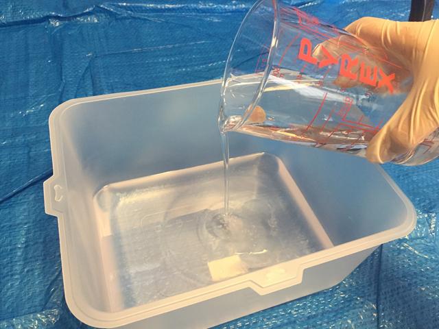 使い捨て容器にエポキシ樹脂を移す